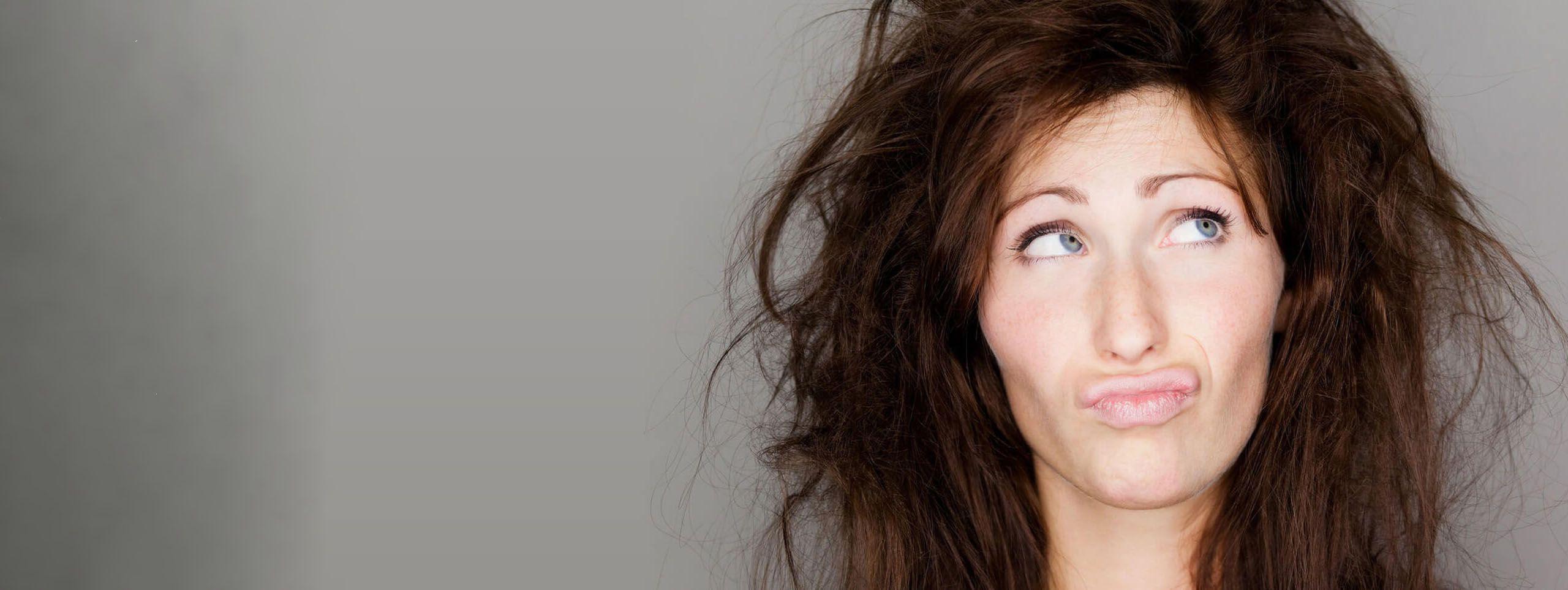 Femme brune cheveux en pétard