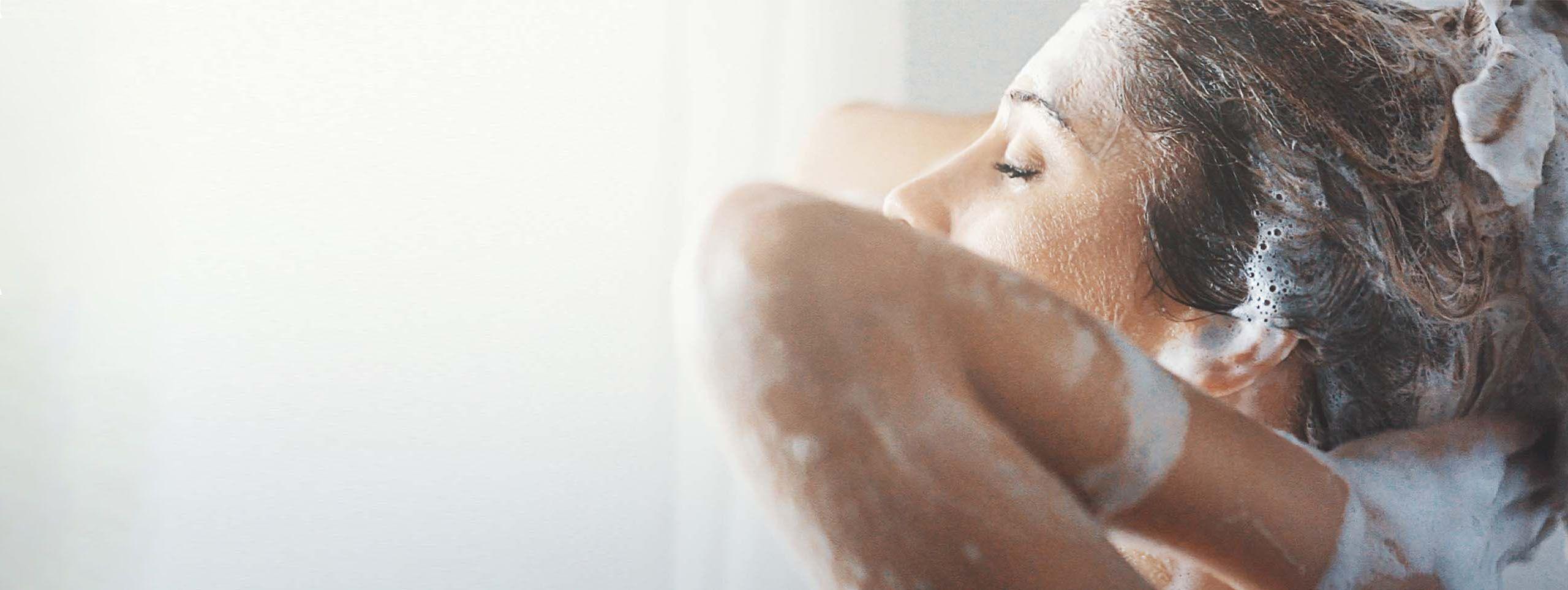 Femme brune se lavant les cheveux