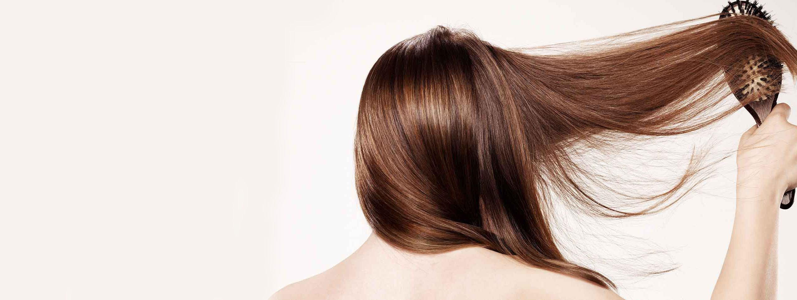 Femme brune se brossant les cheveux