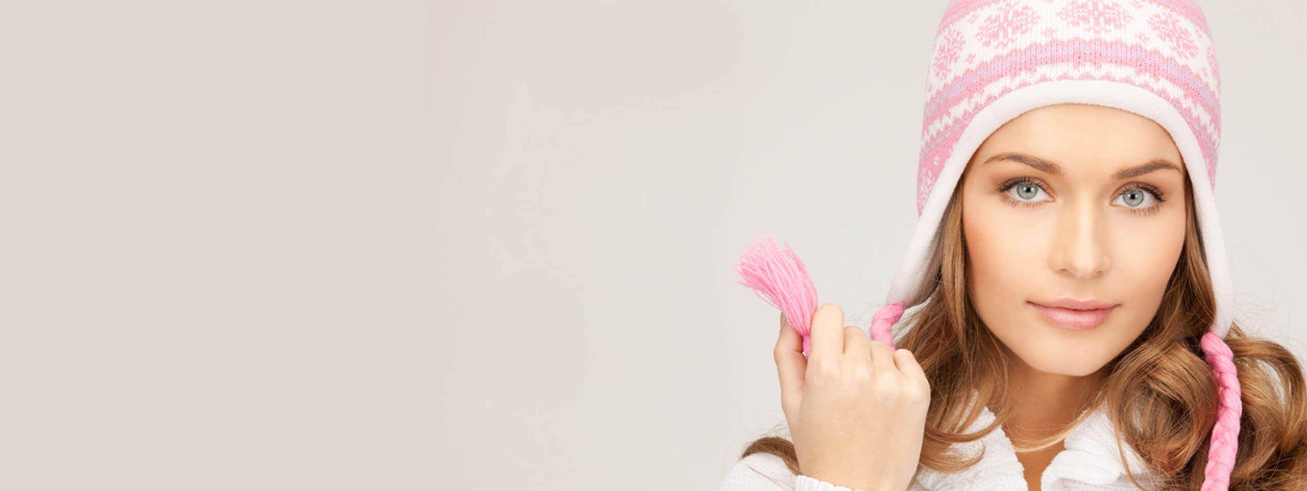 Femme chatain avec bonnet rose