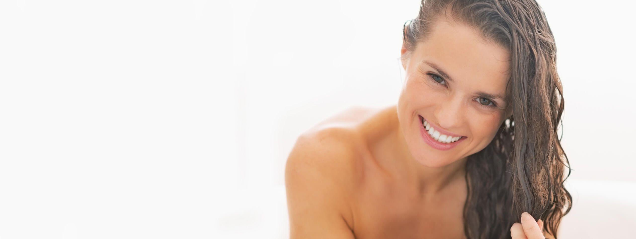 Femme brune dans son bain