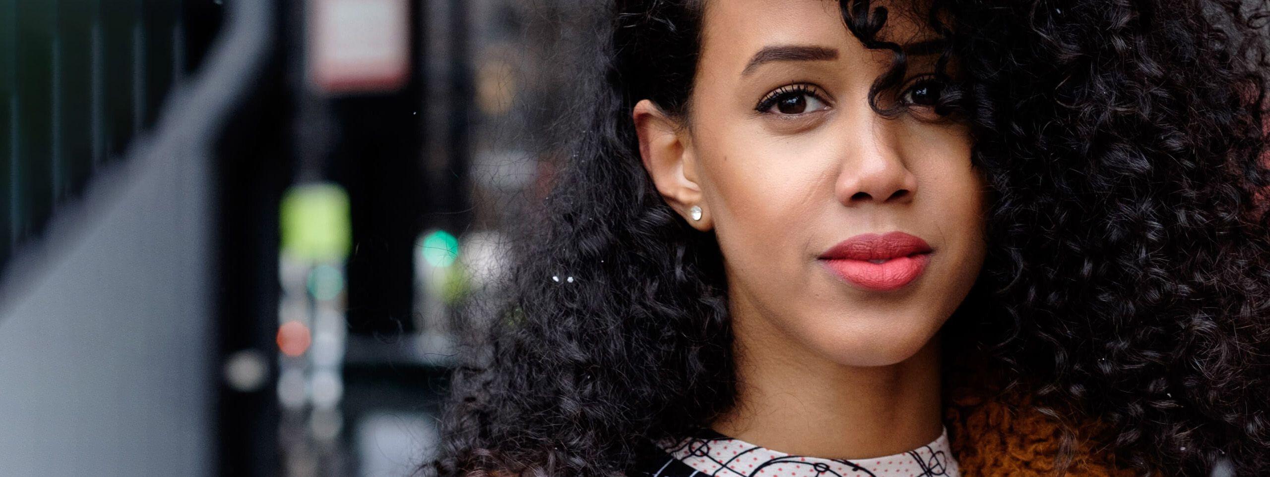 Femme cheveux noirs bouclés streetstyle