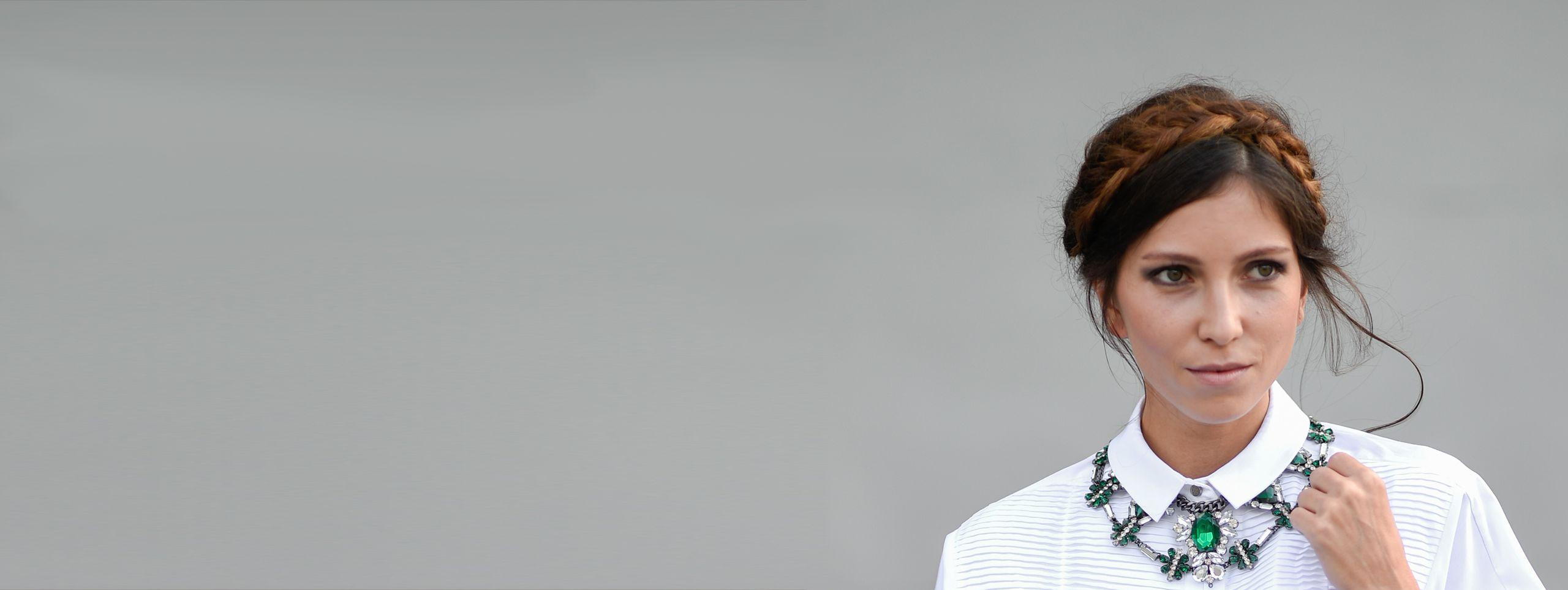 Mannequin brune cheveux tressés avec couronne