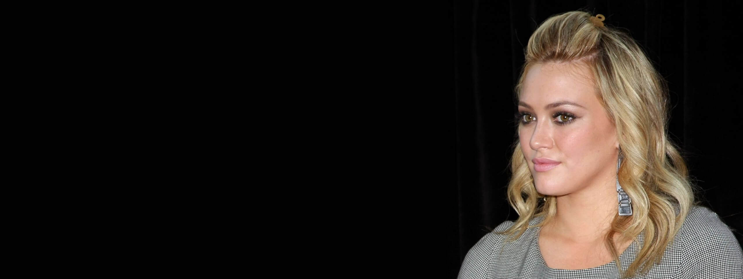 Hilary Duff blonde avec une demie queue