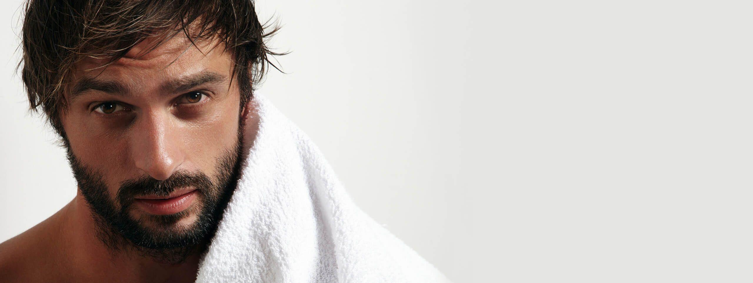 Homme brun sortant de la douche