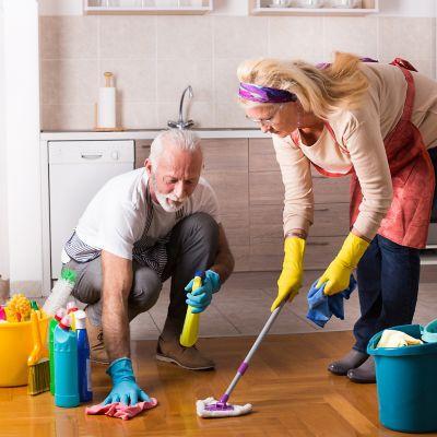 Frühjahrsputz – Küche, ein Paar macht den Küchenboden sauber