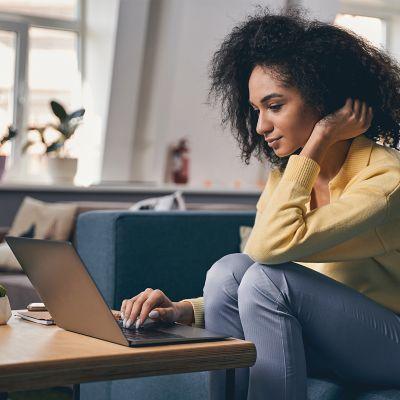 Frau berechnet am Computer ihren ökologischen Fußabdruck