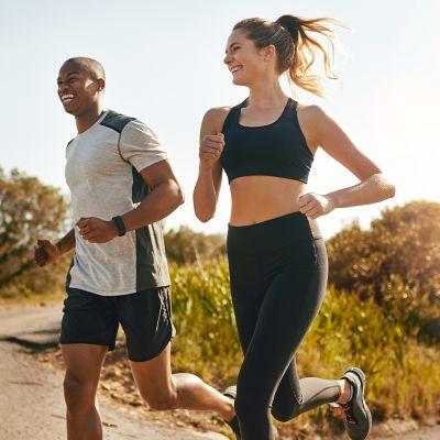 biegnący ludzie w strojach sportowych