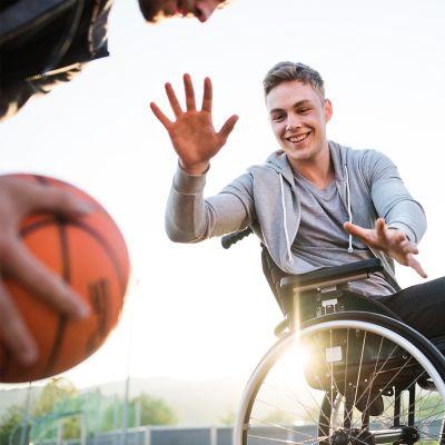 Gymnastik- und Fitnessbälle reinigen – zwei Männer spielen Basketball