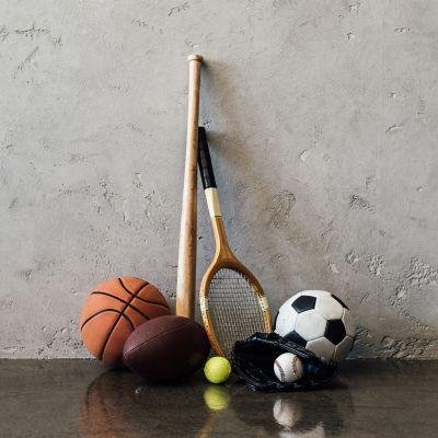 Zestaw czystych piłek fitness i sportowych oraz rakietek