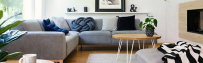 Ein großes graues Sofa in einem Wohnzimmer