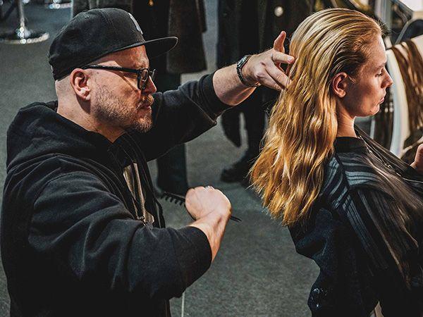Armin Morbach stylt ein Model
