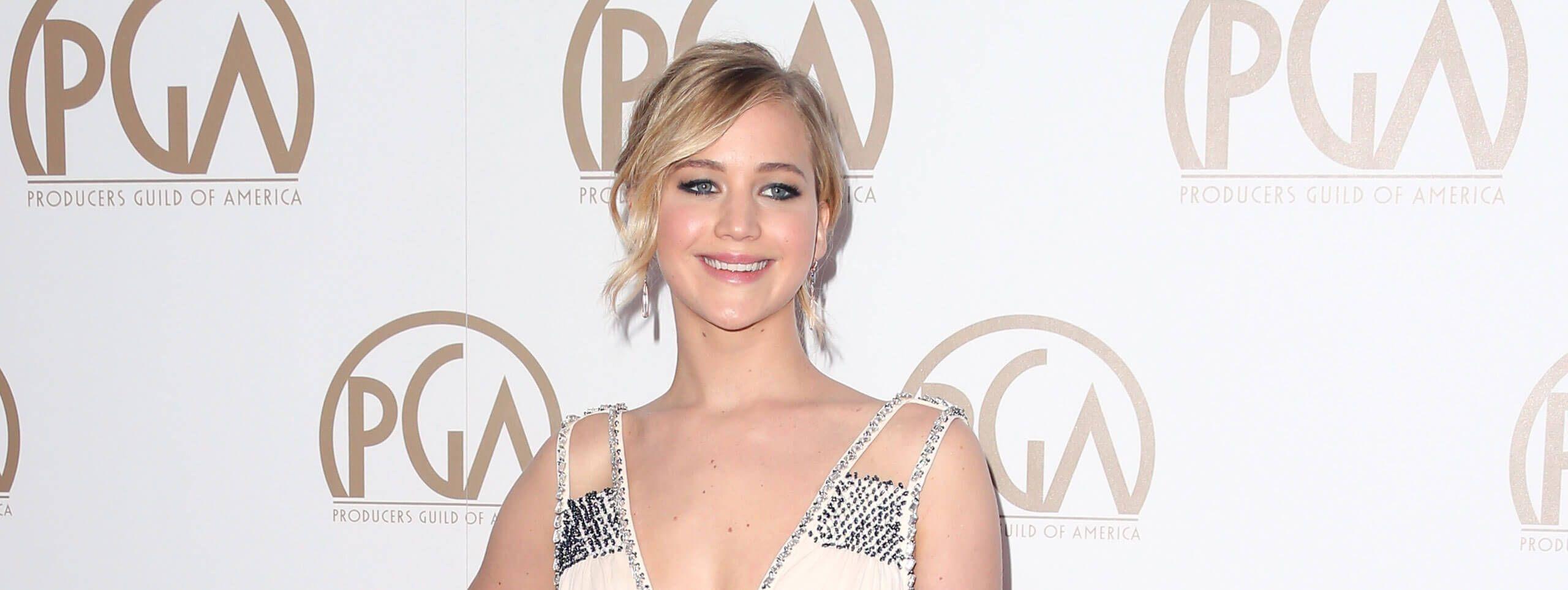 Jennifer Lawrence prezentuje stylowe upięcie i zakręconą grzywkę na bok
