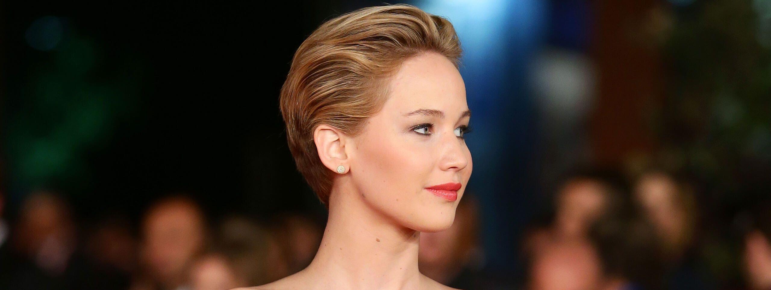Jennifer Lawrence z krótkimi włosami zaczesanymi do tyłu