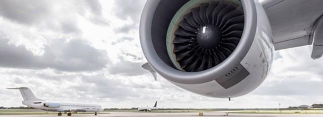 以天空为背景的机舱裁剪图像。