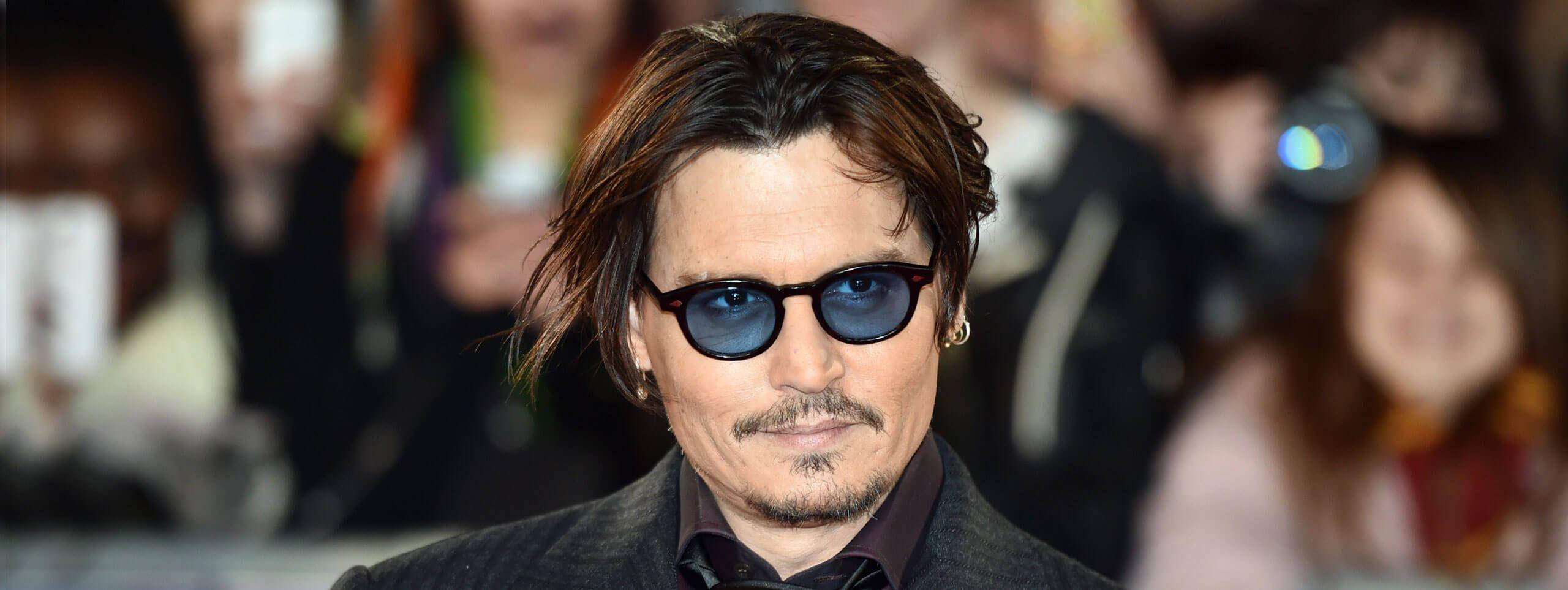 Johnny Depp trend acconciature uomo riga centrale