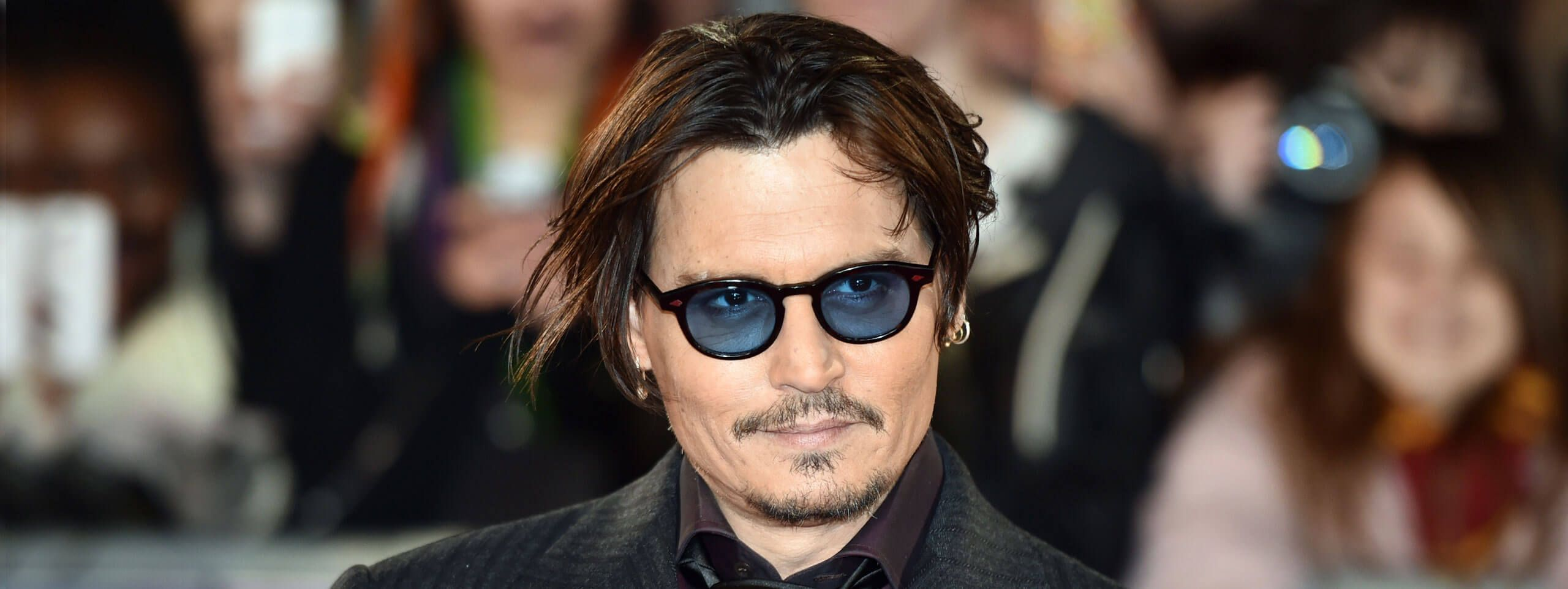 Johnny Depp z dłuższymi ciemnymi włosami