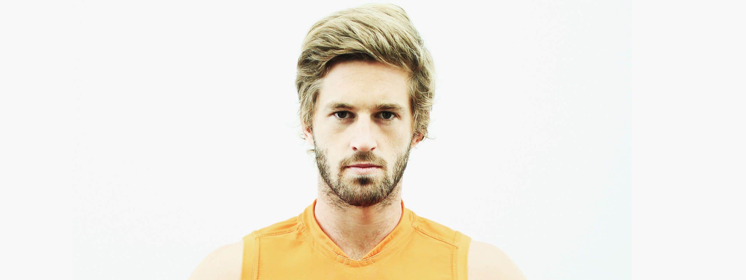 Joueur football australien blond cheveux courts