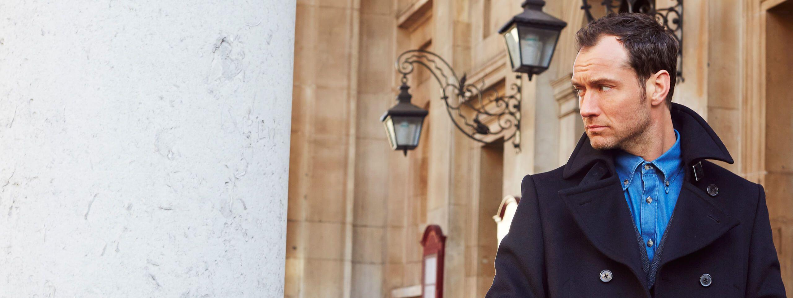 Jude Law z krótką fryzurą i wysokim czołem