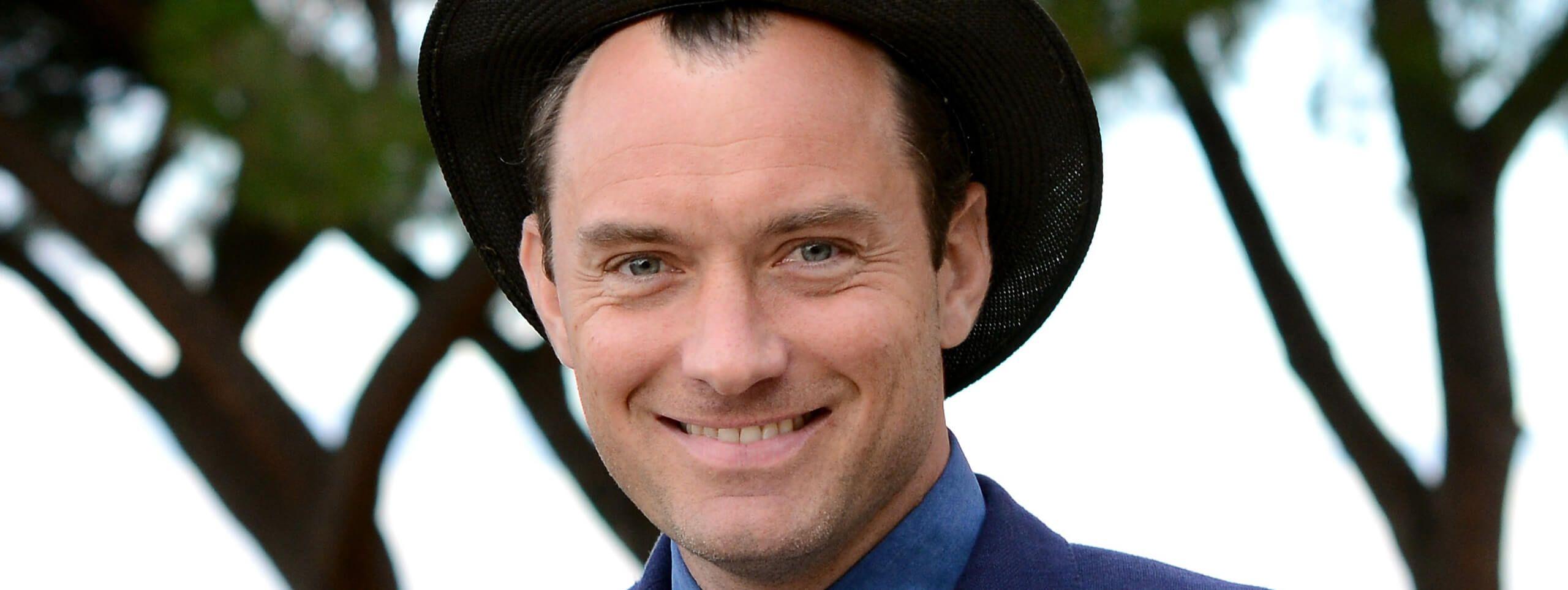 Jude Law avec un chapeau