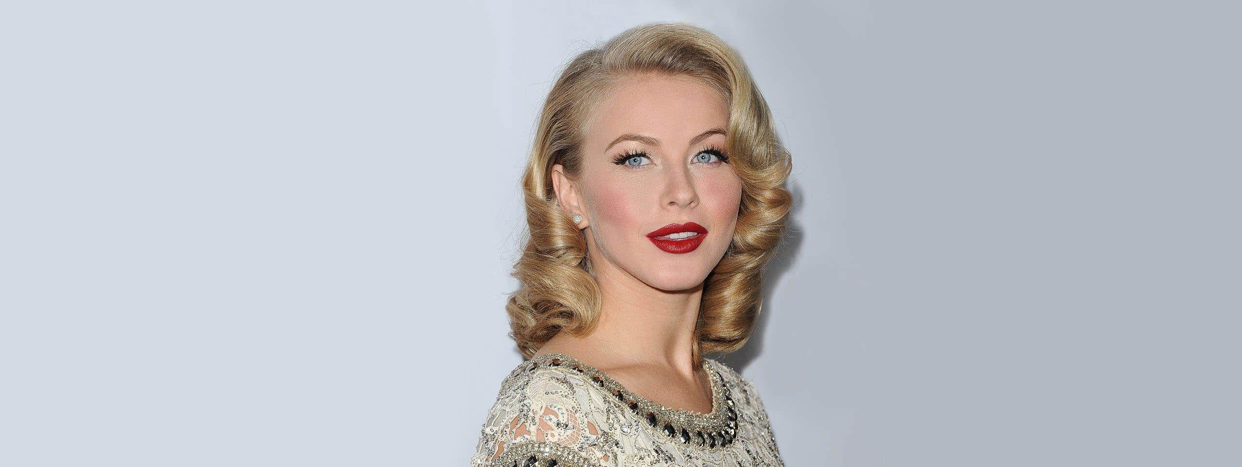 Julianne Hough z retro fryzurą z blond loków