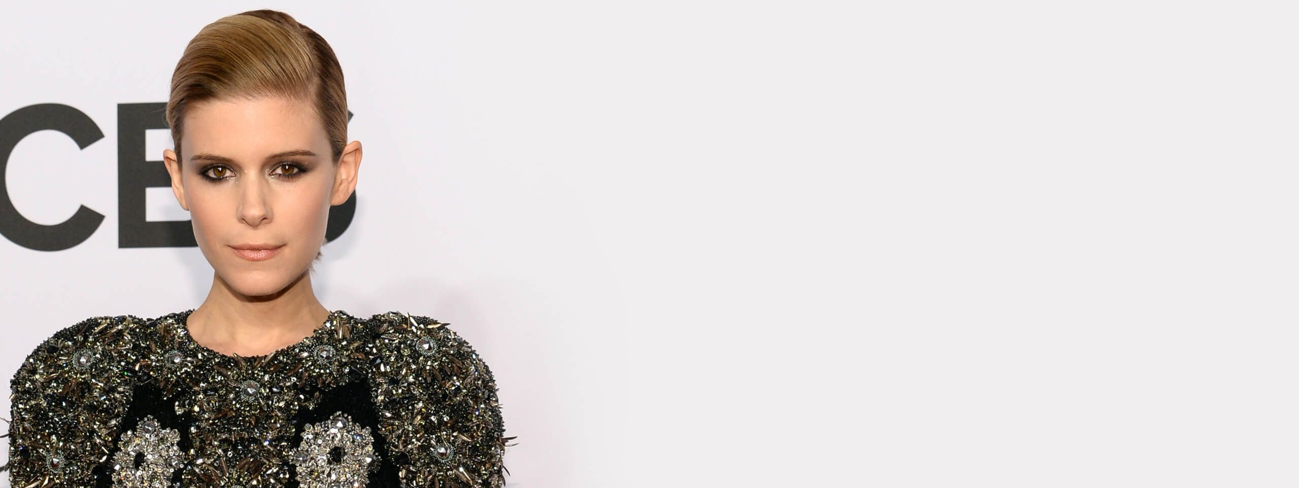 Kate Mara acconciatura da festa capelli castani raccolti indietro