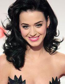 Katy Perry et sa superbe crinière noire bouclée