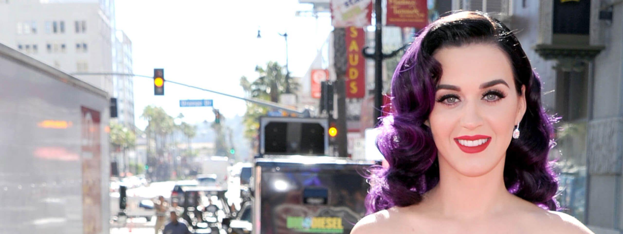 Katy Perry z fioletowymi pofalowanymi włosami