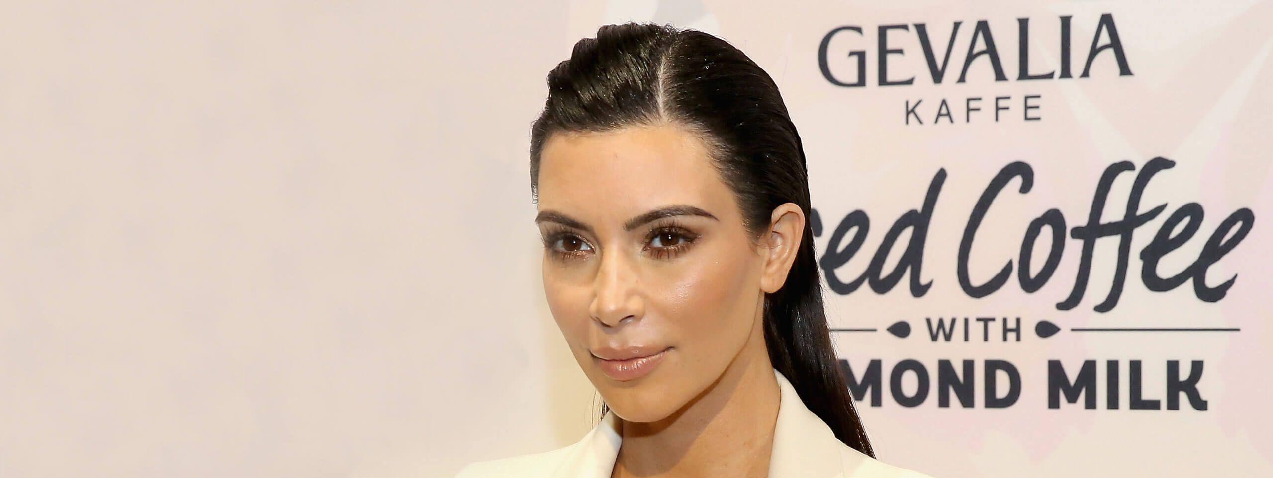 Kim Kardashian z gładka fryzurą
