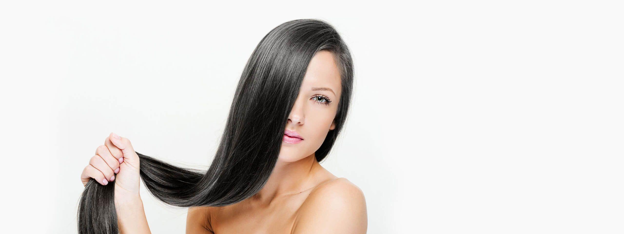 Kobieta o długich cienkich włosach