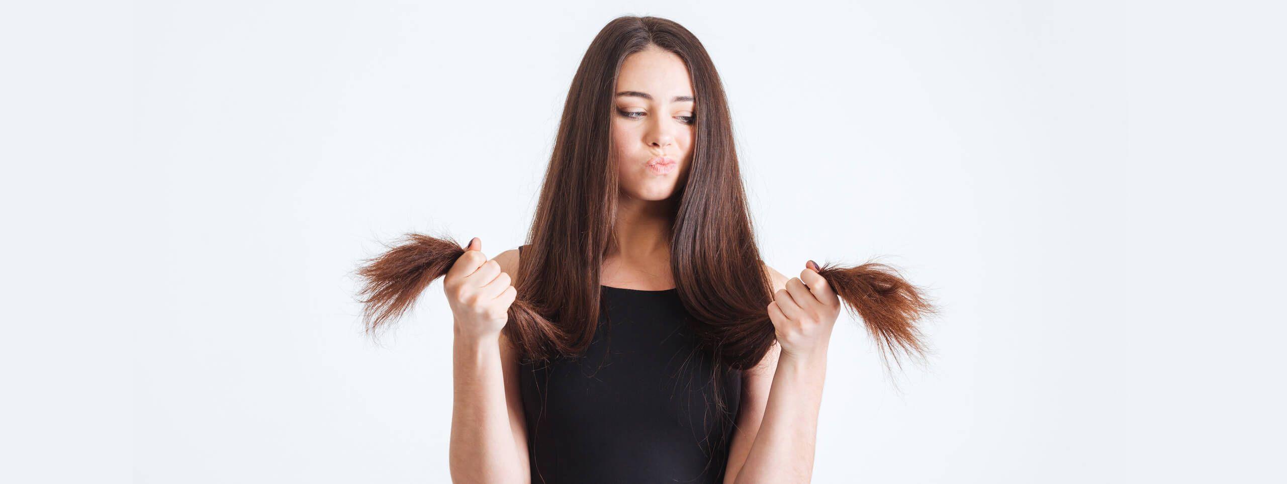 Kobieta o długich włosach z rozdwojonymi końcami