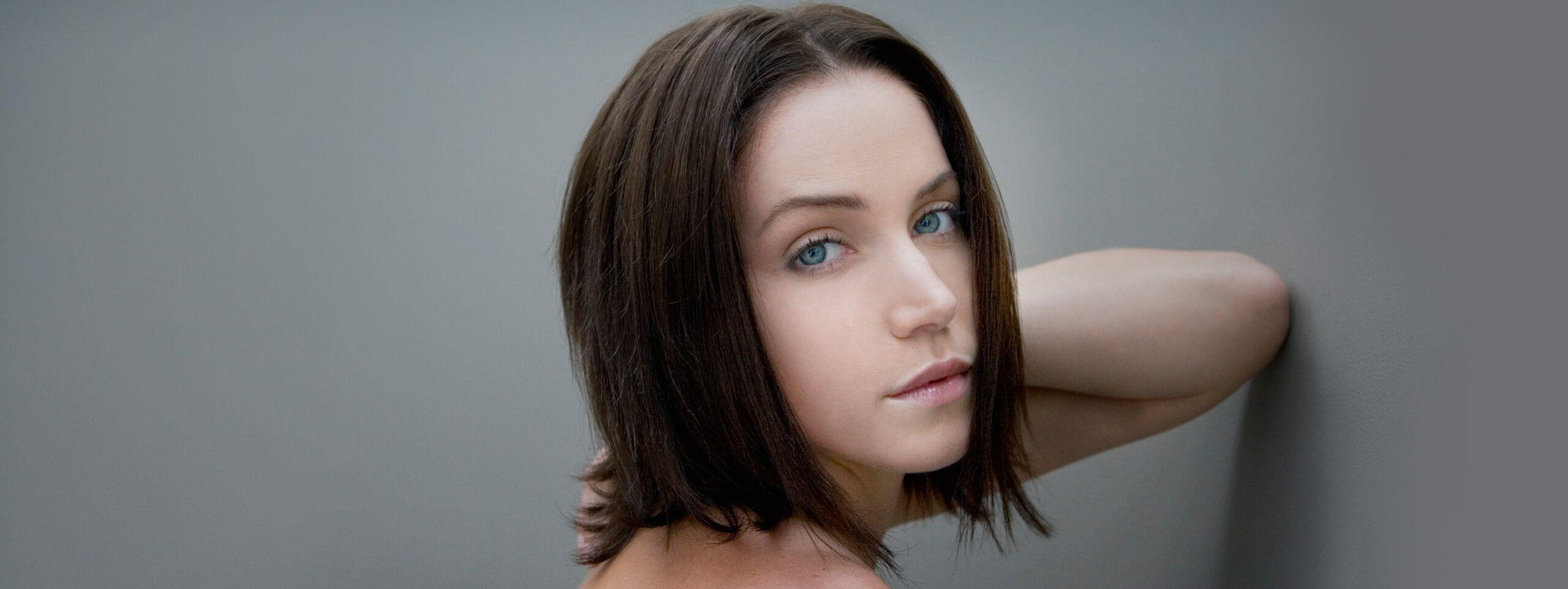 Kobieta o krótkich brązowych włosach