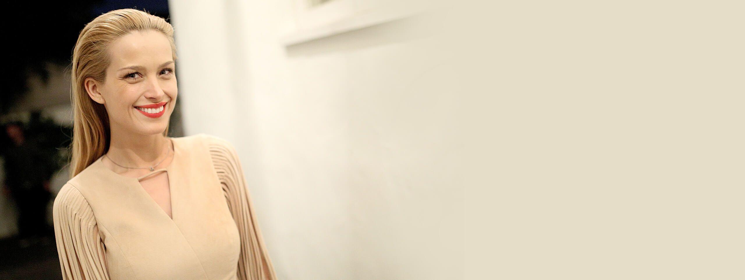 Kobieta o złotym odcieniu blondu