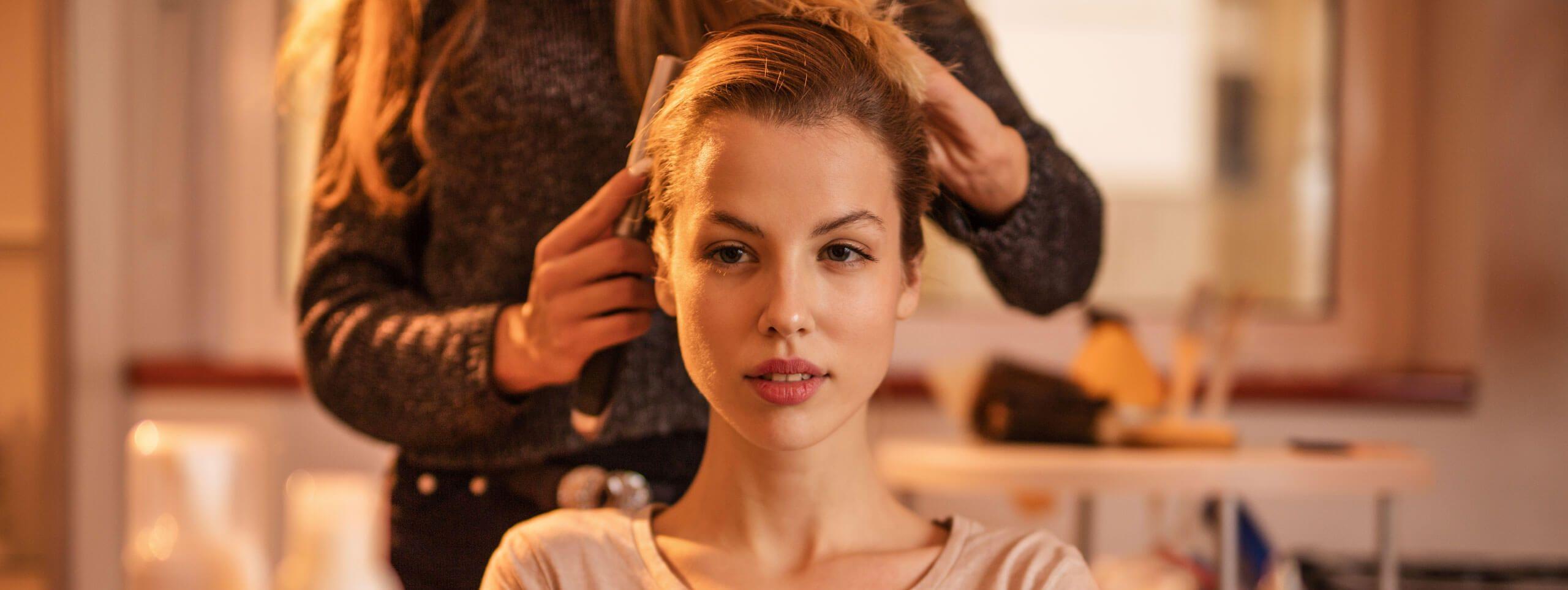 Kobieta podczas układania włosów