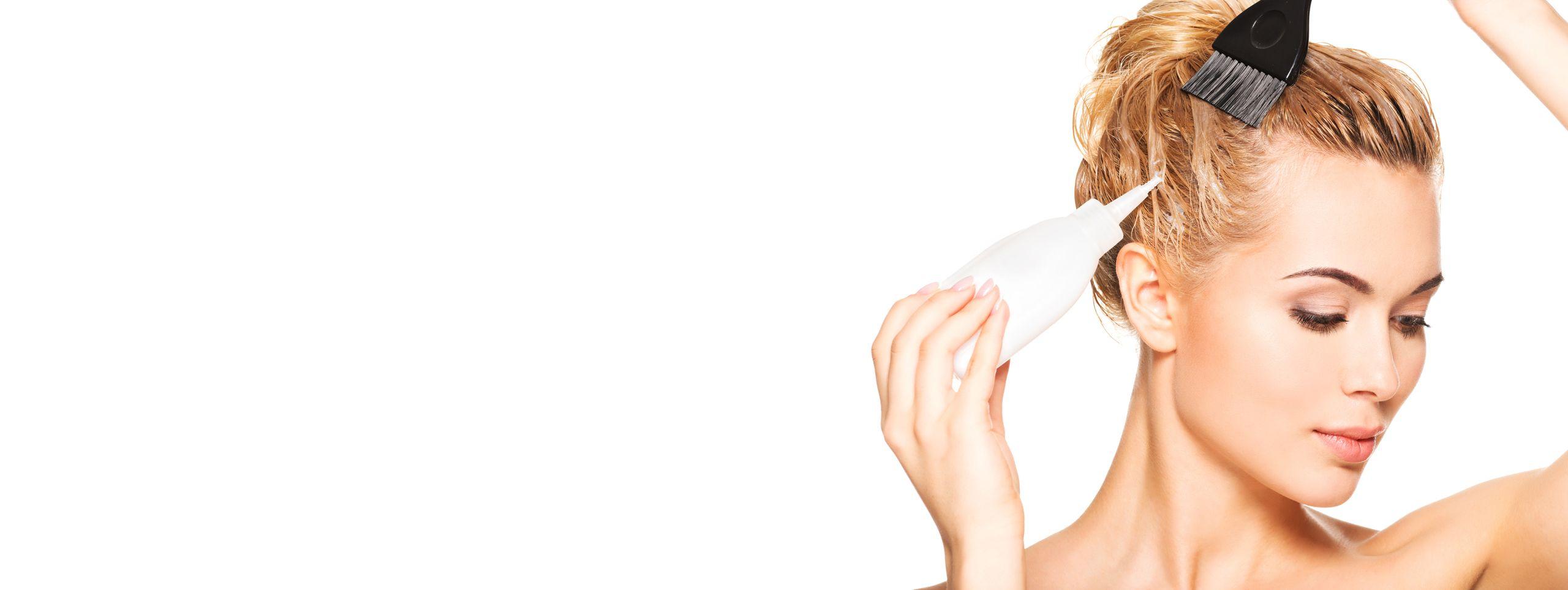 Kobieta samodzielnie farbuje włosy na kolor jasny blond