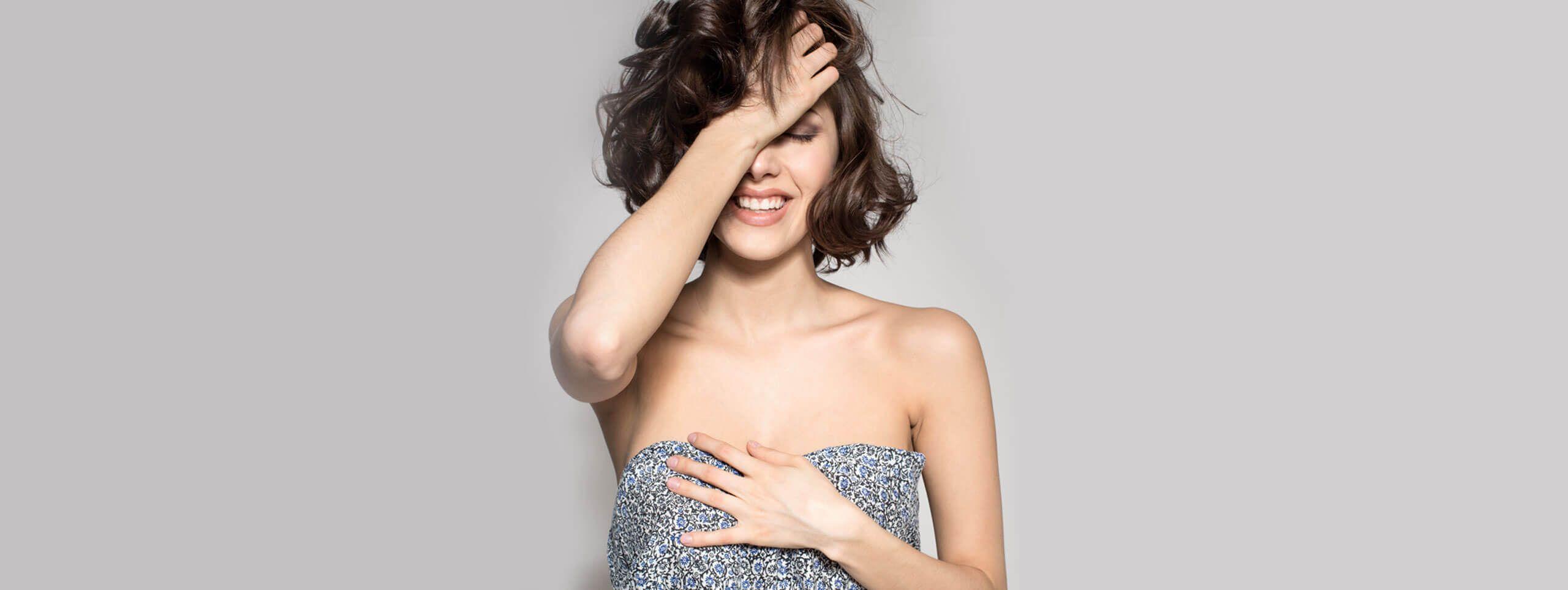 Kobieta trzymająca włosy obcięte na boba