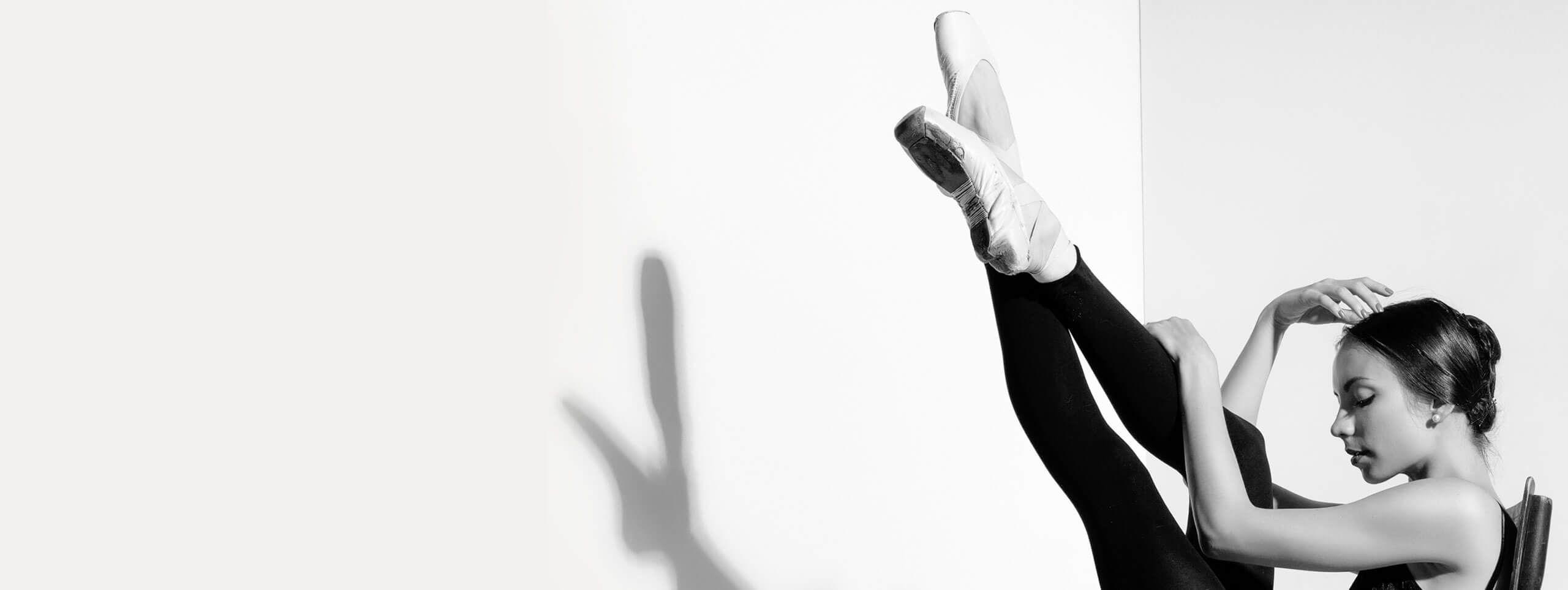 Kobieta w baletkach i z gładko upiętymi włosami