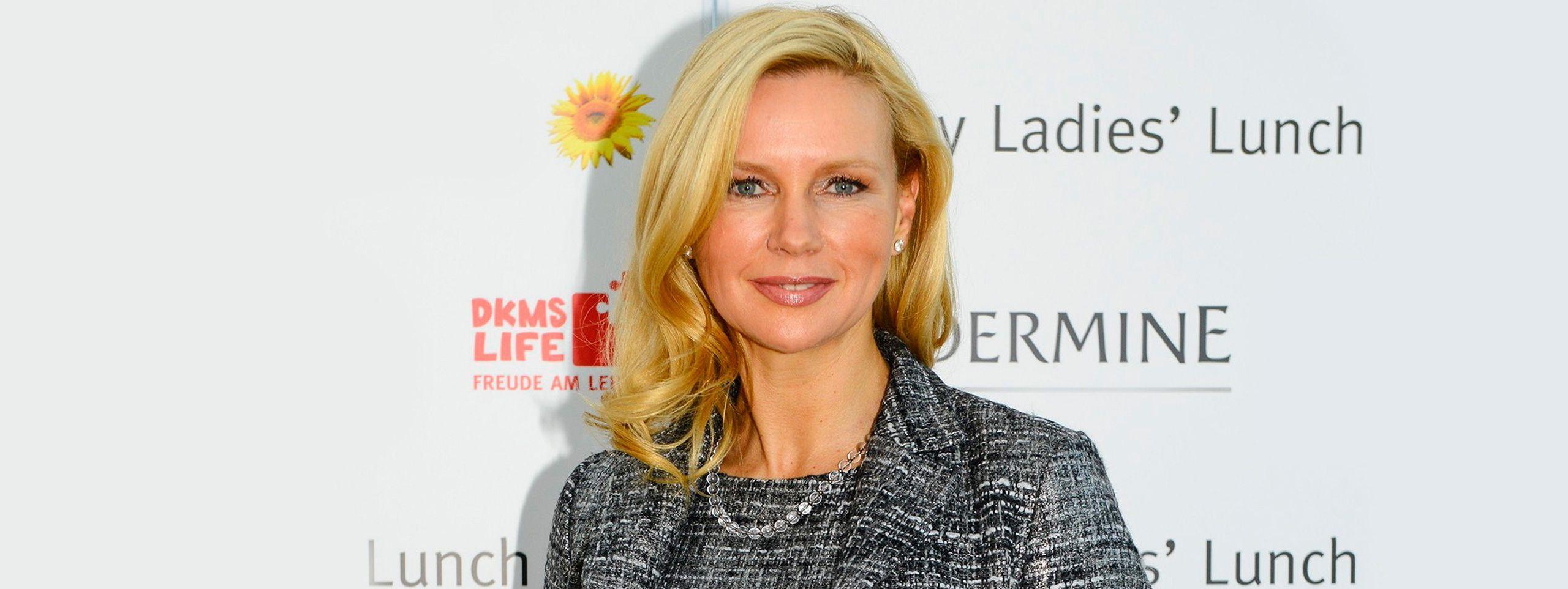 Kobieta z blond włosami średniej długości i ciemniejszymi końcówkami