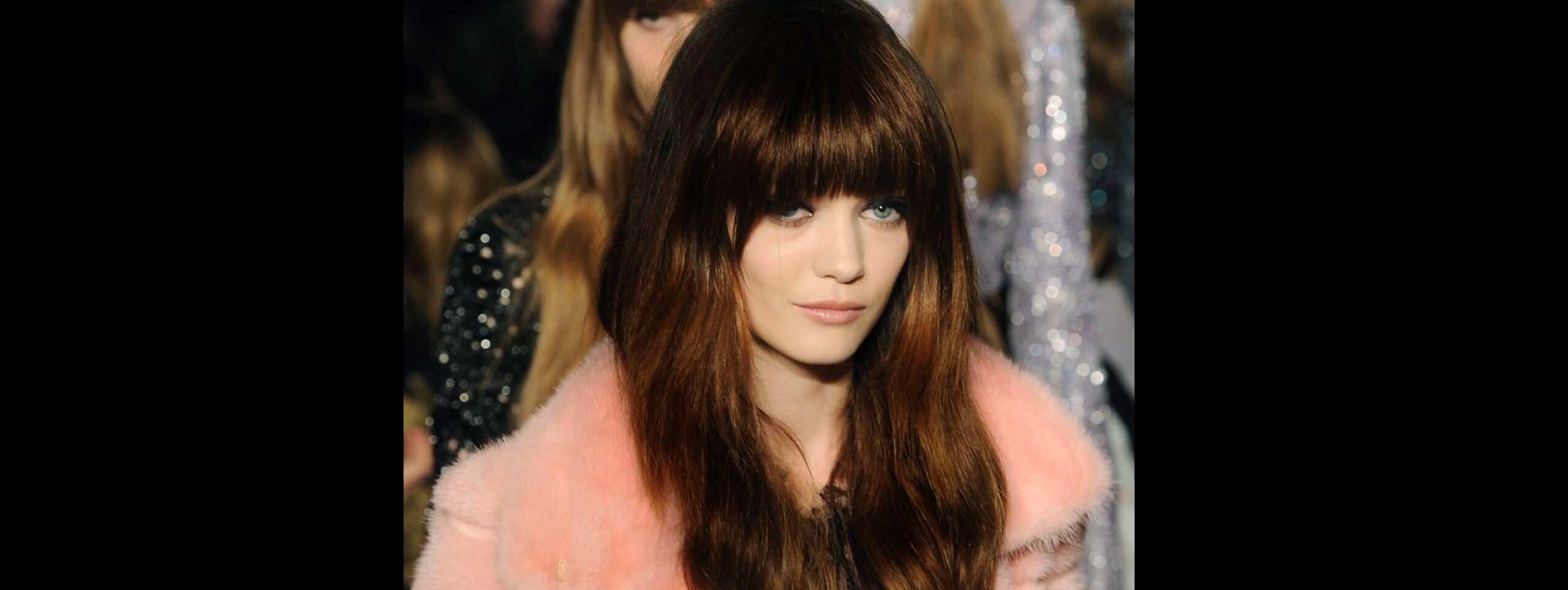 Kobieta z brązowymi włosami z grzywką