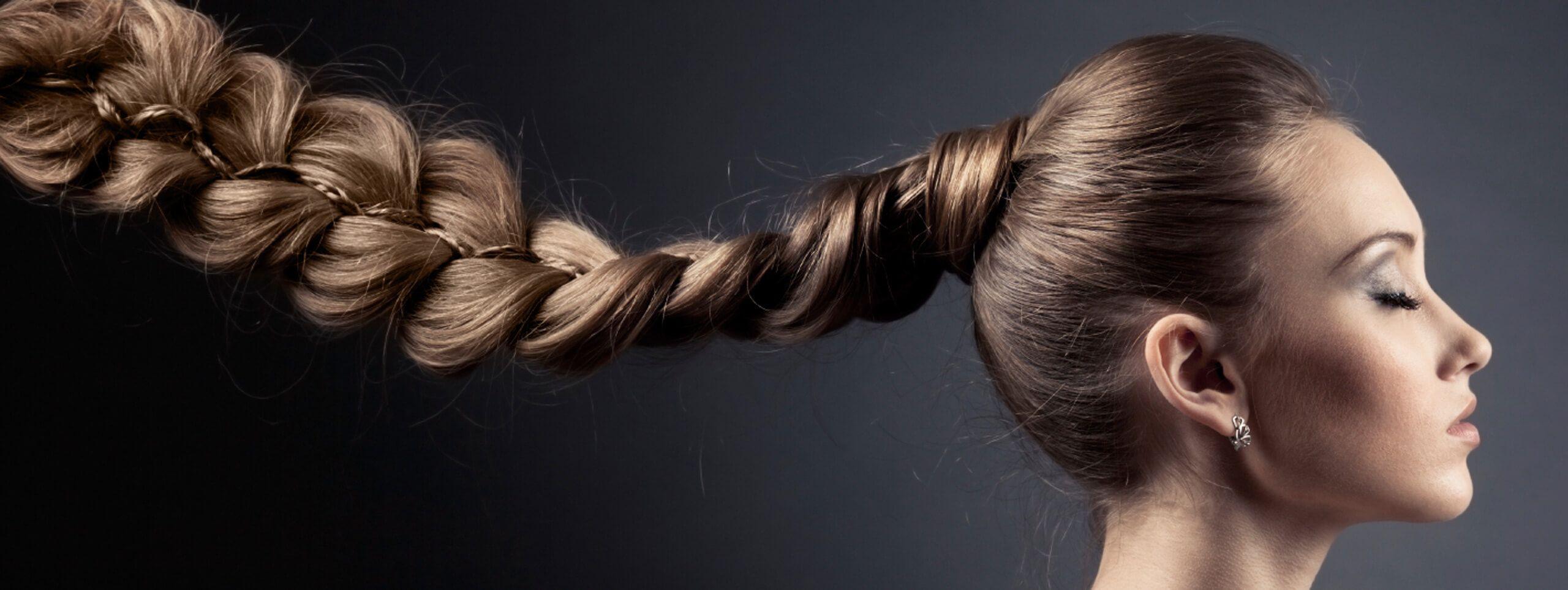 Kobieta z długim warkoczem z brązowych włosów