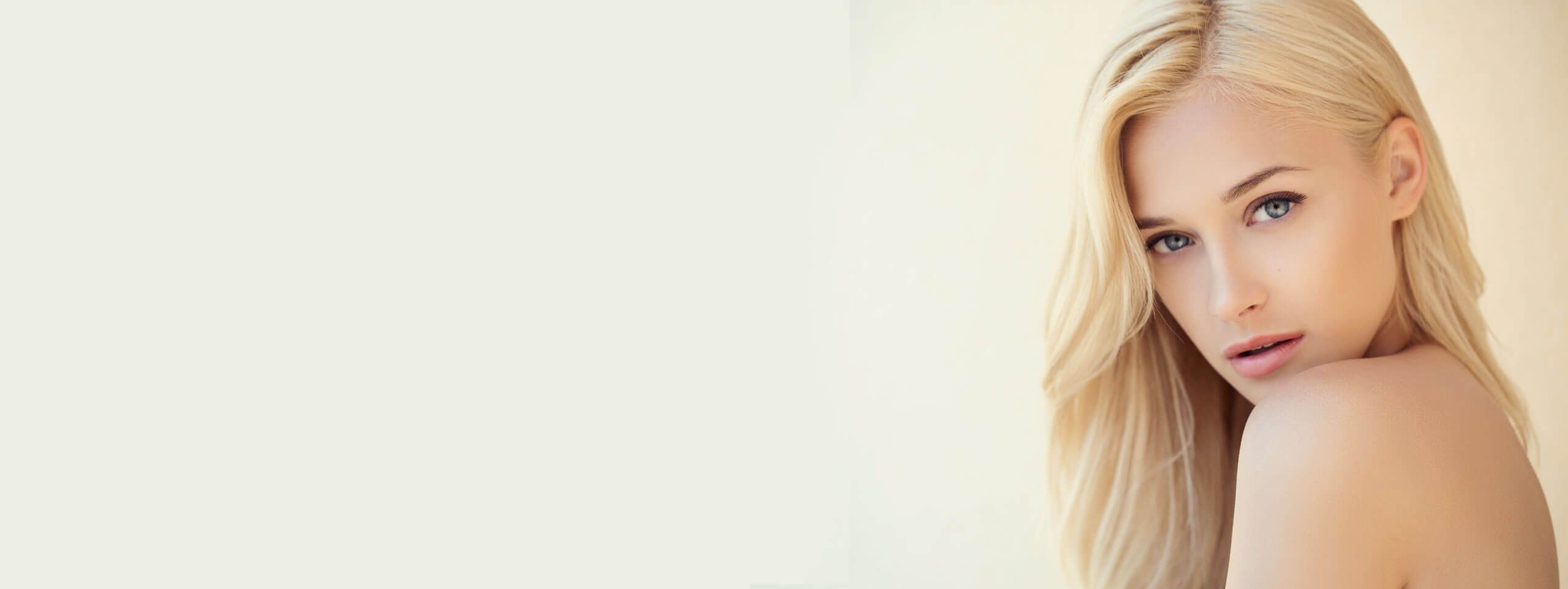 Kobieta z farbowanymi blond włosami