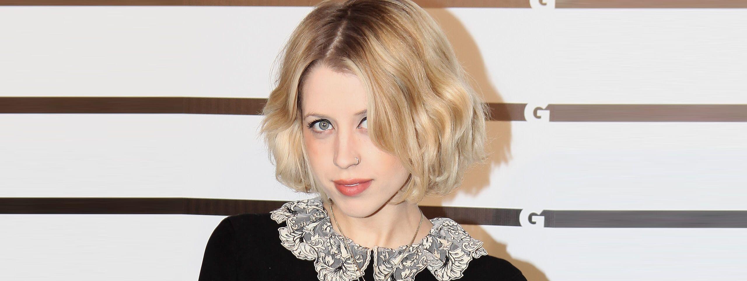 Kobieta z fryzurą asymetryczny bob z blond włosów