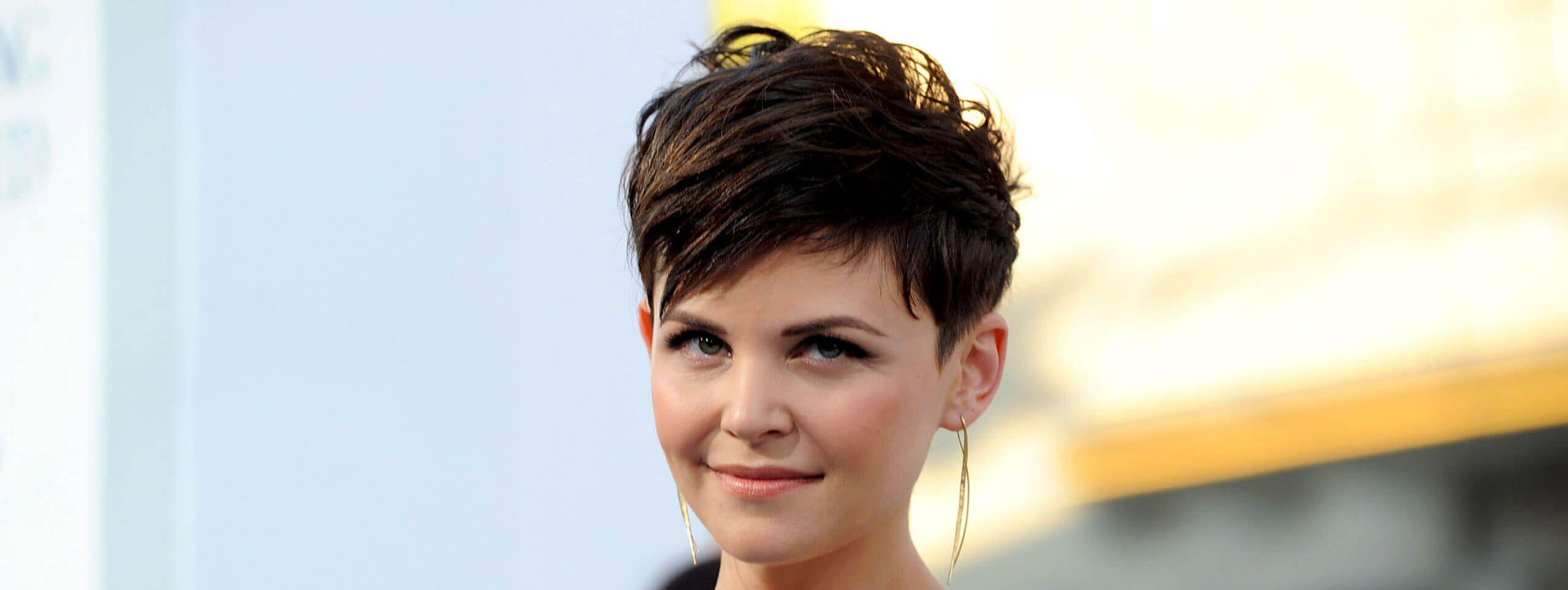 Kobieta z fryzurą pixie z czarnych włosów