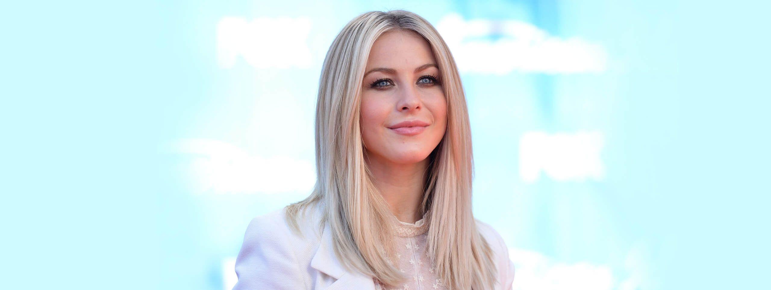 Kobieta z gładkimi długimi włosami w odcieniu platynowegto blondu