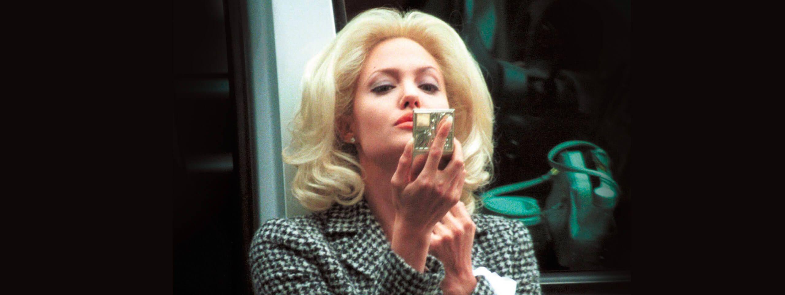Kobieta z jasnymi blond włosami uniesionymi u nasady