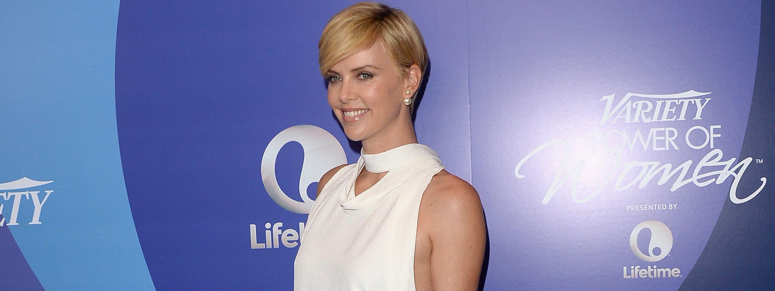 Kobieta z krótką fryzurą z blond włosów