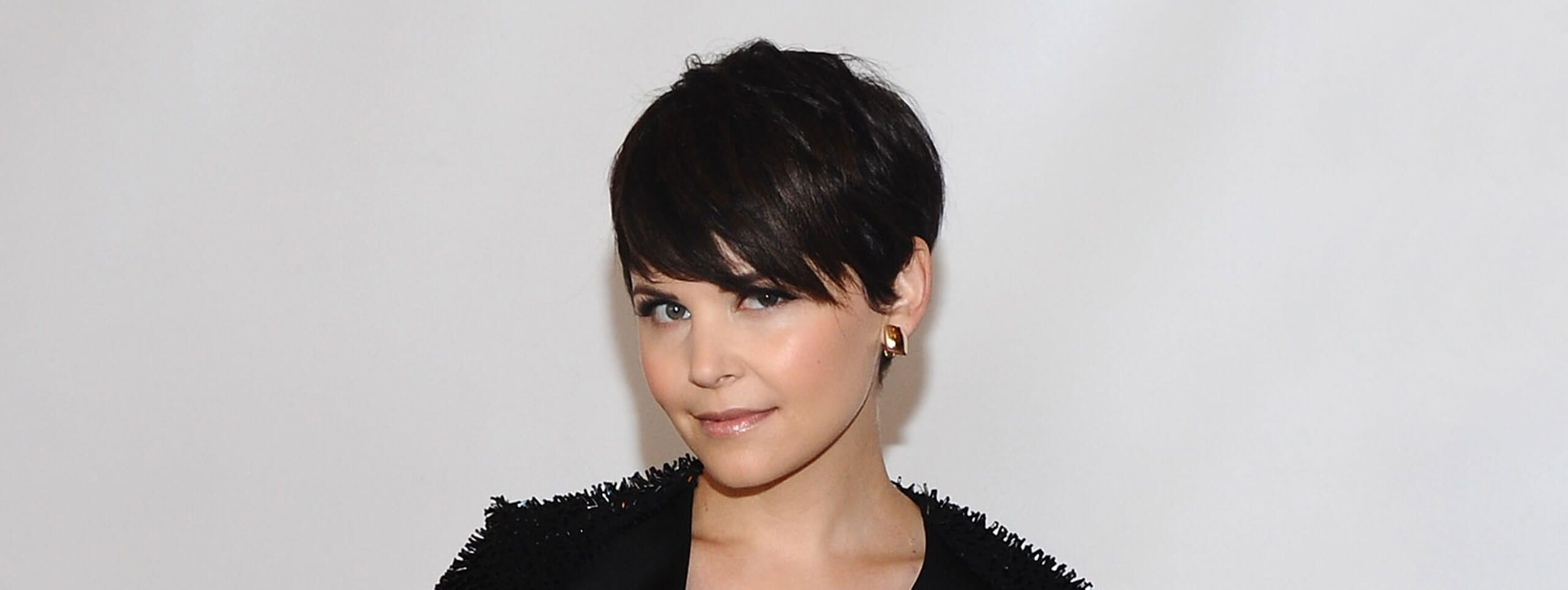 Kobieta z krótką wieczorową fryzurą