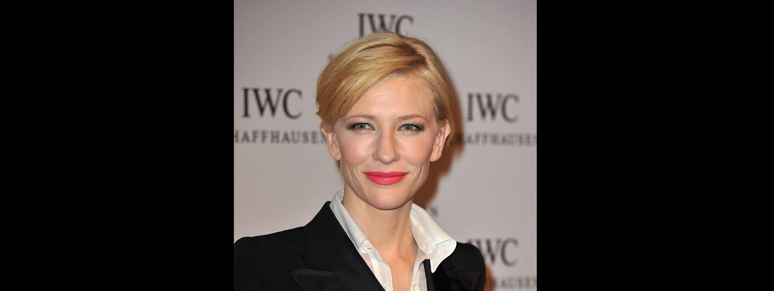 Kobieta z krótkim bobem z blond włosów