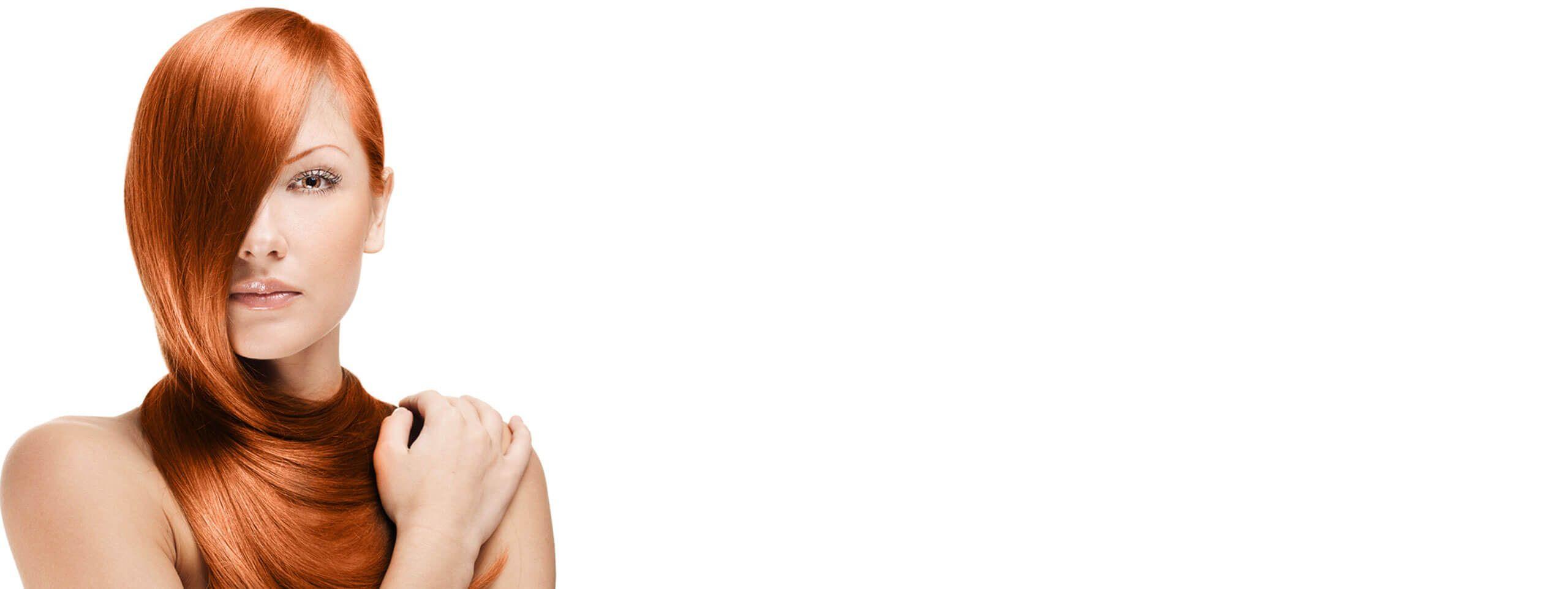 Kobieta z lśniącymi gładkimi rudymi włosami