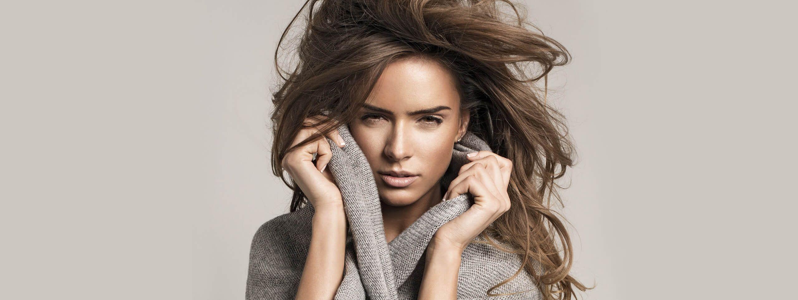 Kobieta z mocnymi rozpuszczonymi włosami